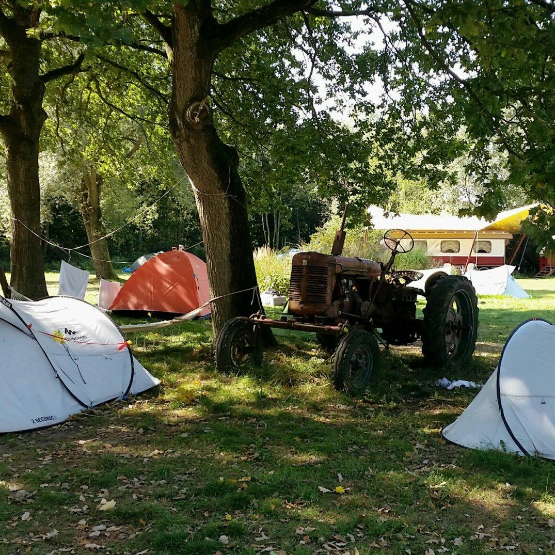 Camperen naast de Tractor